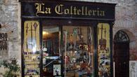 Erede di uno dei più antichi esercizi commerciali della Città, ha abbinato alla coltelleria armi, armature e oggetti medievali